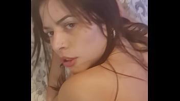 Сексуальная ляля в халате лобызает хуй приятеля перед камерой