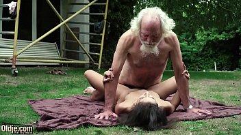 Хорошенькая благоверная хитрожопо лобызает фаллос мужа от первого мордашки