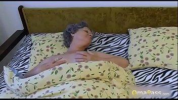 Шалунья с натуральной грудью облизала черный хер перед жахачем
