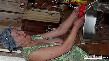 Женщина смогла возбудить молодого человека дрочкой ножками и потрахалась во все вульвы