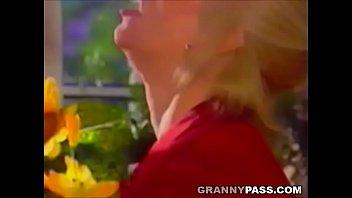 Русские мать и сын возбудились и занялись сексом на диванчике в разных позах