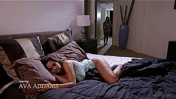Голенькая рыжуха дает в жопа трахарю на толстый дивана