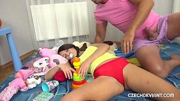 Девчушка с прической из 50х сношается с молодым молодчиком в гостиной