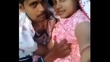 Юноша жарит шлюху-блондинку в розовой футболке и её подругу
