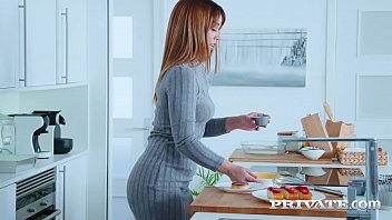 Девушка кормит телку грудным молоком и дает поцеловать соски