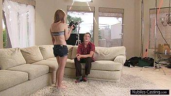 Ведущая в сексуальных очках сношается с двумя трахарями вскоре после интервью
