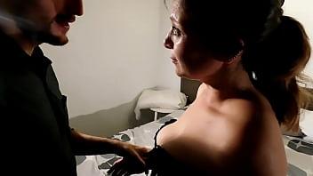 Голенькая лесбиянка с длинными волосами массирует задница подруги ладонью