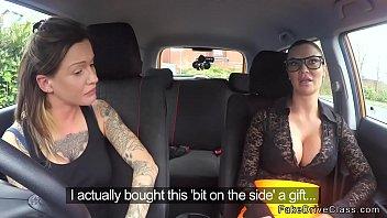 Русский муж ебет супругу в вагину на заднем сиденье автомобиле