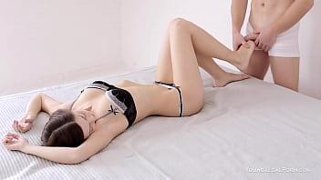 Кудрявая шлюха-домохозяйка с тату на руке устраивает лесбухе вагинальный фистинг