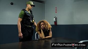 Обнаженная девчонка с розовым маникюром дрочит парню перед камерой