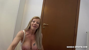 Девочка проголодалась и паренек накормил ей своим пенисом