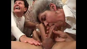 Спонтанный анальный секс оканчивается для брюнетки спермой в анальчику