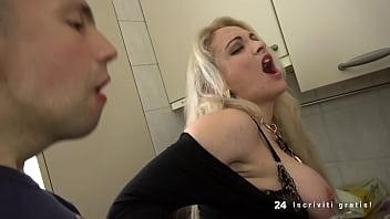 Девушка на пару с подругой доводят до струйного сквирт оргазма лысого качка