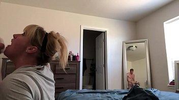 Молоденькая блондиночка развела ноги на фотосессии