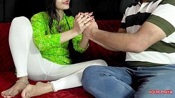 Самец трахает секретаршу пальцем в задок