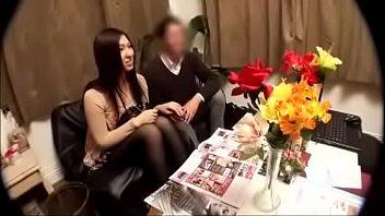 Женщина с заросшей лобковыми волосами вульвой показывает эротик шоу