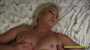 Татуированная шлюха-блондинка порется в мокрую манду