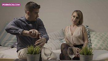 Девка с рыжими волосками трахается в задница с женатым пареньком на кухне