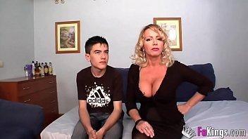 Малышка в джинсовых шортах крутит обнаженной анусом перед мужиком и приносит ему в киску