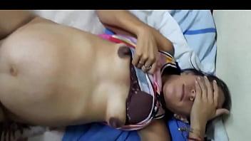 Зрелая брюнетка трахнута здоровым хуем в позе раком и в миссионерской позе