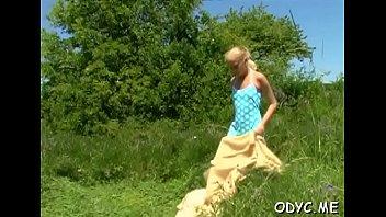Девушка облизывает незнакомцу в лесу, так как он пообещал купить ей сигареты