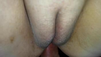 Шикарная блондиночка принимает в попочку огромный фаллос ебаря